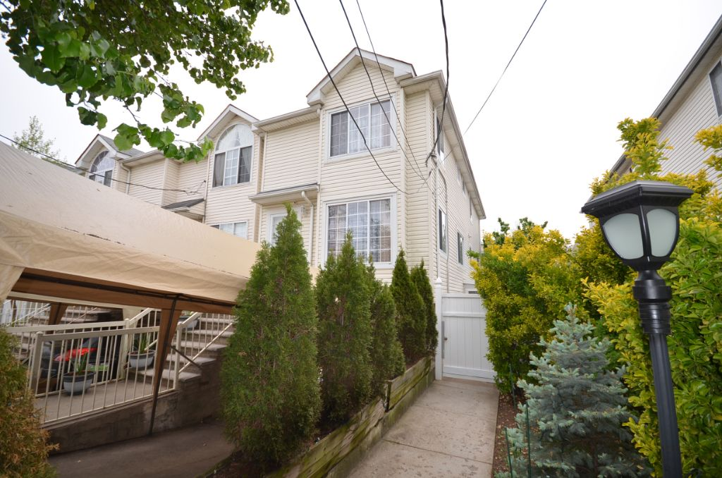 Great find in Dongan Hills: extra-large house near the beach